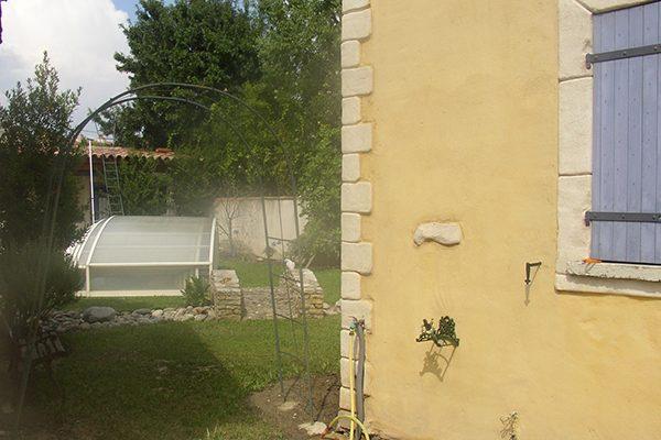 accès vers la piscine et le jardin